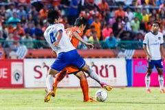 SISAKET THAILAND 23. JULI: Tatree Seeha von Sisaket FC (Orange) Lizenzfreies Stockfoto