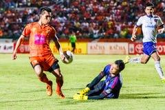SISAKET THAILAND 23. JULI: Tatree Seeha von Sisaket FC (Orange) Lizenzfreie Stockfotografie