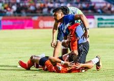 SISAKET THAILAND 23. JULI: Team der ersten Hilfe von Sisaket FC (Blau) Stockbilder