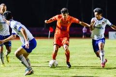SISAKET THAILAND 23. JULI: Victor Amaro von Sisaket FC (Orange) Stockbild