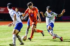 SISAKET THAILAND 23. JULI: Victor Amaro von Sisaket FC (Orange) Stockfotos
