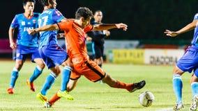 SISAKET THAILAND 21. JUNI: Gorka Unda von Sisaket FC (Orange) Lizenzfreies Stockfoto