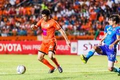 SISAKET THAILAND 21. JUNI: Gorka Unda von Sisaket FC (Orange) Stockbild