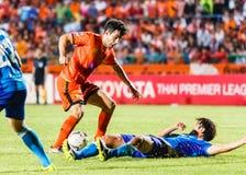 SISAKET THAILAND 21. JUNI: Gorka Unda von Sisaket FC (Orange) Stockfotografie