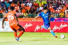 SISAKET THAILAND 21. JUNI: Kim Geun-Chul von Singhtarua FC (Blau) Stockbilder