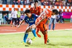 SISAKET THAILAND 21. JUNI: Piyawit Janput von Singhtarua FC (Blau) Stockfotografie