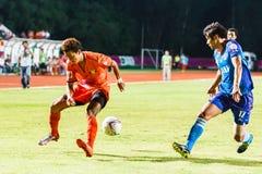 SISAKET THAILAND 21. JUNI: Santirat Viang-in (Orange) von Sisaket FC Stockbilder