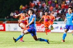 SISAKET THAILAND 21. JUNI: Sarayuth Chaikamdee (orange) von Sisaket FC Stockfotografie