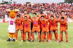 SISAKET 21 THAILAND-JUNI: Spelers van Sisaket FC stock foto