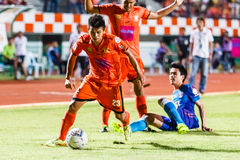 SISAKET THAILAND 21. JUNI: Todsapol Karnplook von Sisaket FC (Orange) Lizenzfreie Stockfotos