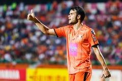SISAKET THAILAND 29. JUNI: Victor Amaro von Sisaket FC (Orange) Lizenzfreie Stockfotos