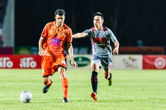 SISAKET THAILAND 29. JUNI: Victor Amaro von Sisaket FC (Orange) Stockfotografie
