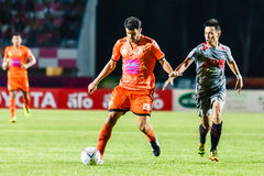 SISAKET THAILAND 29. JUNI: Victor Amaro von Sisaket FC (Orange) Lizenzfreies Stockbild