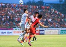 SISAKET 7 THAILAND-MAART: Spelers wit) hoofdth van van Saraburi FC ( stock foto's