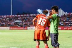 SISAKET THAILAND-MAG 21: Santirat viang-binnen van Sisaket FC (orang-oetan Royalty-vrije Stock Afbeeldingen