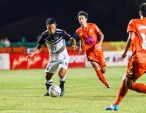 SISAKET THAILAND-MAY 28: Pipob Mo Chonburi FC (biel) Zdjęcie Stock