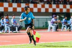 SISAKET THAILAND-OCTOBER 29: Linjearbetare i handling under den thailändska premier league Arkivfoton