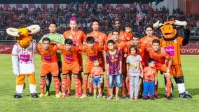 SISAKET THAILAND 29. OKTOBER: Spieler von Sisaket FC Haltung für ein Teambild Lizenzfreie Stockfotos