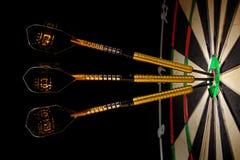 Sisaldartboard met drie pijltjes in een bullseye Royalty-vrije Stock Fotografie