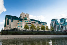 SIS或MI6总部设大厦在从泰晤士河观看的Vauxhall十字架 它位于85阿尔伯特堤防,伦敦 免版税图库摄影