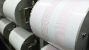 Sismographes enregistrant le tremblement de terre Boutons métalliques ronds clips vidéos