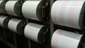 Sismographes enregistrant le tremblement de terre Boutons métalliques ronds banque de vidéos