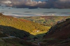 Sista av dagsljus på lantgård i dalen, Britannien Arkivfoto