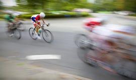 sista cyklister sprintar Arkivfoton