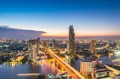 Sista dag Bangkok sikt från Sathorn det unika tornet Bangkok horisont i stadens centrum Sathorn Bangkok är huvudstaden och den me royaltyfri bild