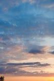 Sista gult solljus i blå himmel på solnedgången Arkivbilder