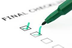 Sista kontrolllista med den gröna pennan fotografering för bildbyråer