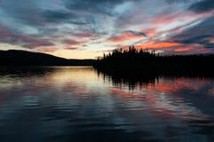 Sista ljus av dagen - ovanlig romantisk atmosfär på fransman sjön, Yukon royaltyfri bild
