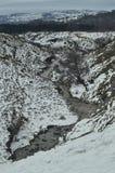 Sista spolning och snöig avsnitt av den Nervion floden för nående av de högsta vattenfallen i Europa Landskapnatur Riv Arkivfoto