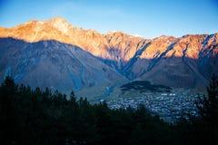 Sista strålar av solsken på Kaukasus berg i Georgia Arkivbilder