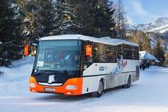 SISTANI, STRBSKE PLESO - STYCZEŃ 06, 2015: Turystyczny autobus w Strbske Pleso Obraz Stock