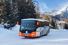 SISTANI, STRBSKE PLESO - STYCZEŃ 06, 2015: Turystyczny autobus w Strbske Pleso Obraz Royalty Free