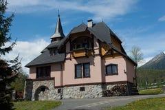 SISTANI, TATRANSKA LOMNICA - MAJ 05, 2014: Kamienny dom z drewnianymi elementami w Tatranska Lomnica Zdjęcie Stock
