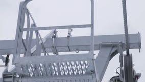 Sistem di sostegno della seggiovia dello sci nel moto stock footage