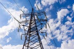 Sistema ad alta tensione del pilone di elettricità sui precedenti del cielo Fotografie Stock Libere da Diritti