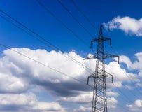 Sistema ad alta tensione del pilone di elettricità sui precedenti del cielo Fotografia Stock Libera da Diritti