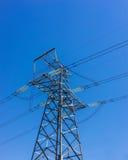 Sistema ad alta tensione del pilone di elettricità sui precedenti del cielo Immagini Stock Libere da Diritti