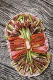 Sistema adornado sabroso del plato del aperitivo tradicional en vieja superficie de madera agrietada resistida del Grunge de la m Fotos de archivo