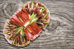 Sistema adornado sabroso del plato del aperitivo tradicional en vieja superficie de madera agrietada resistida del Grunge de la m Imagen de archivo libre de regalías