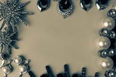 Sistema atractivo de moda de la joyería de la joyería brillante preciosa hermosa, collar, pendientes, anillos, cadenas, broches c imagen de archivo libre de regalías