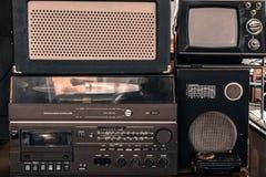 Sistema audio retro con la radio, grabadora del casete fotos de archivo libres de regalías