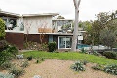 Sistema australiano del hogar de los años 60 grandes en jardín ajardinado hermoso Fotos de archivo libres de regalías