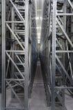 Sistema automático de los estantes en un almacén logístico Fotografía de archivo