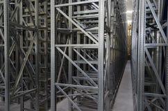 Sistema automático de los estantes en un almacén logístico Imagen de archivo