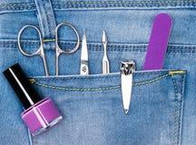 Sistema básico de herramientas de la manicura en bolsillo de los vaqueros foto de archivo