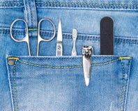 Sistema básico de herramientas de la manicura en bolsillo de los vaqueros imágenes de archivo libres de regalías